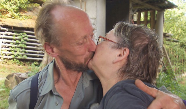 Der urige Schweizer Ulrich (65) bedankt sich bei Rentnerin Elke (68) für das leckere Essen mit einem Kuss. ACHTUNG: SPERRFRIST für alle Medien bis MO., 02.11.2015, 22.15 Uhr!!! Foto: RTL